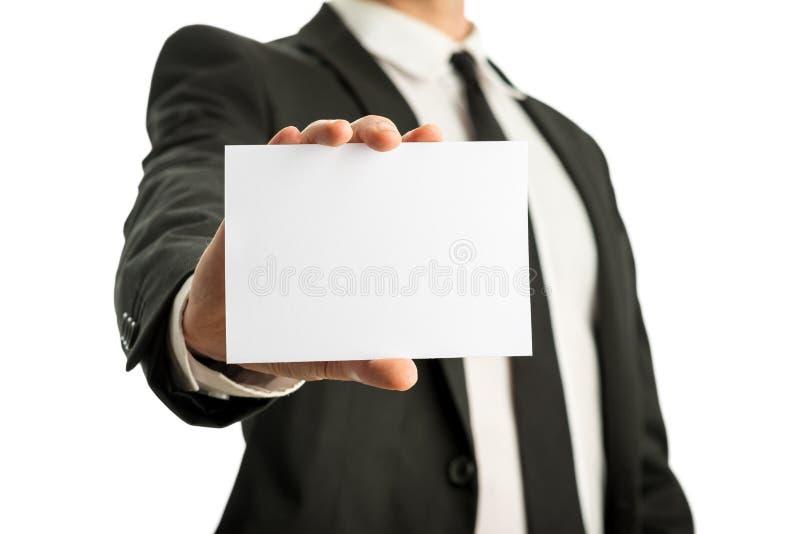 Geschäftsmann, der leere Karte mit copyspace bereit zu Ihrem te hält lizenzfreie stockfotos