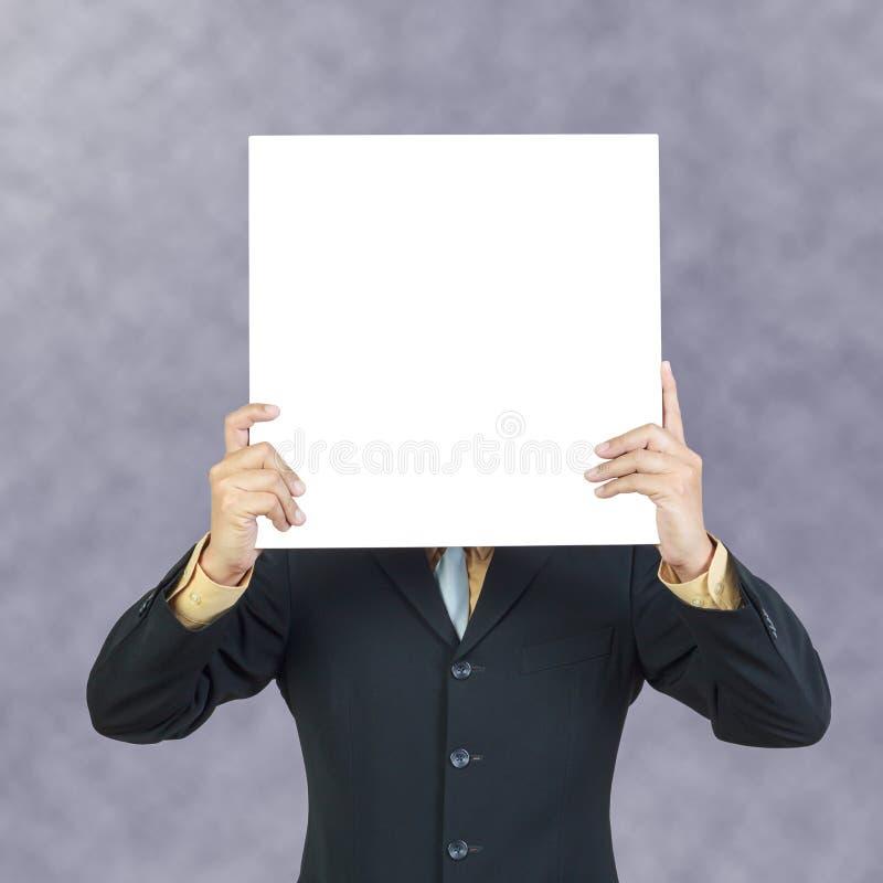 Geschäftsmann, der leeres Zeichen hält lizenzfreie stockbilder
