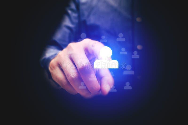 Geschäftsmann, der Leuteikone mit Konzept der menschlichen Ressource zeigt lizenzfreie stockfotografie