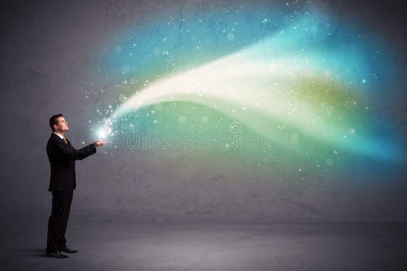 Geschäftsmann, der Licht hält lizenzfreies stockfoto