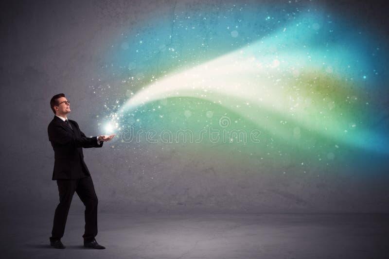 Geschäftsmann, der Licht hält lizenzfreie stockfotos