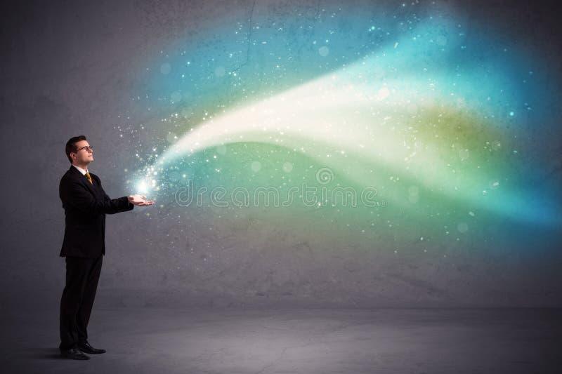 Geschäftsmann, der Licht hält stockfotografie