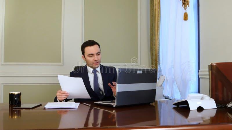 Geschäftsmann, der on-line-Sitzung und Videokonferenz tut stockfoto