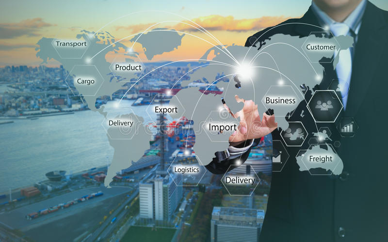 Geschäftsmann, der Logistikknopf auf virtuellen Schirmen bedrängt lizenzfreies stockbild