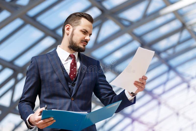 Geschäftsmann, der Mappe hält stockbilder