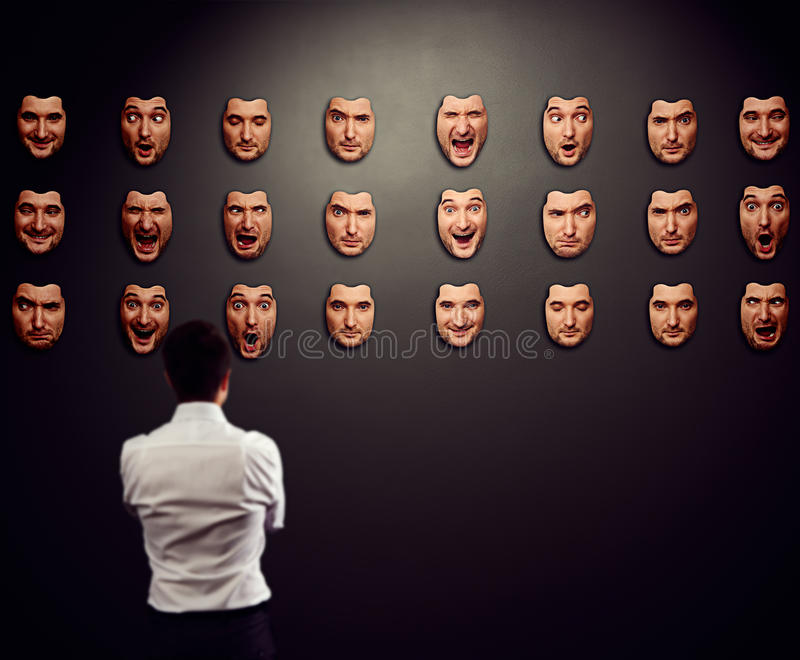 Geschäftsmann, der Maske betrachtet stockfoto