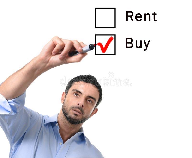 Geschäftsmann, der Miet- oder Kaufwahl am Immobilienkonzept des Formular wählt lizenzfreie stockfotos