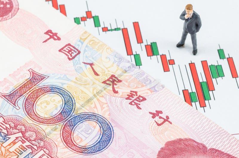 Geschäftsmann, der mit chinesischer Banknote auf dem cand steht stockfoto