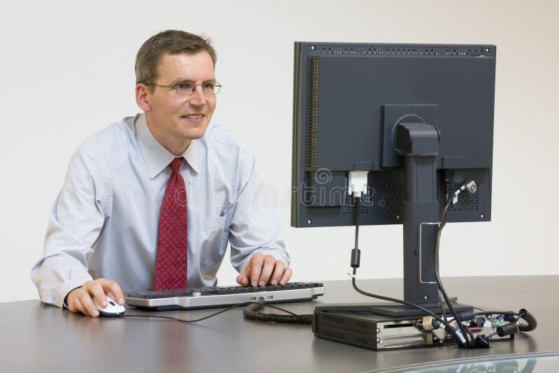 Geschäftsmann, der mit Computer arbeitet stockfotos