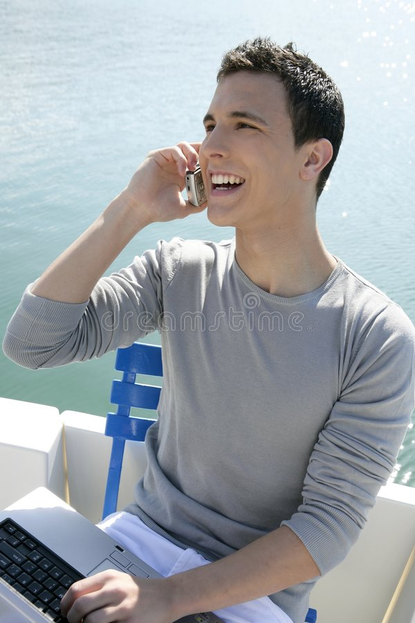 Geschäftsmann, der mit Computer auf einem Boot arbeitet lizenzfreies stockbild