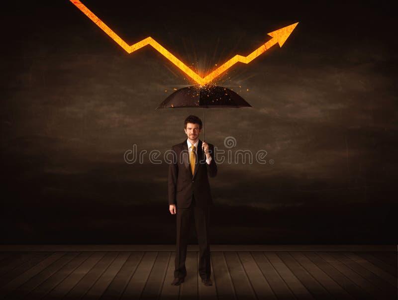 Geschäftsmann, der mit dem Regenschirm hält orange Pfeil steht lizenzfreie stockbilder