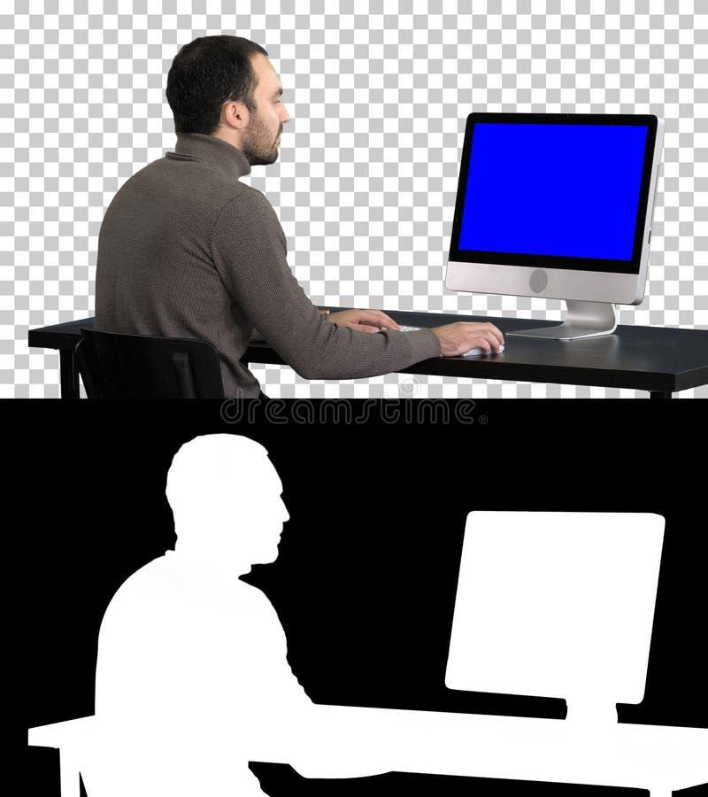 Gesch?ftsmann, der mit einem Computer, Alpha Channel arbeitet Blue Screen-Modell-Anzeige stockbilder