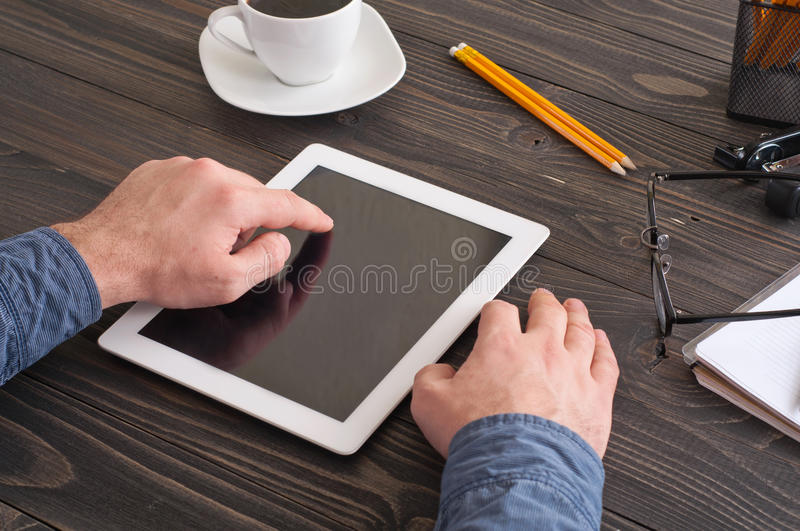 Geschäftsmann, der mit einem Tablet-Computer im Büro arbeitet stockbild