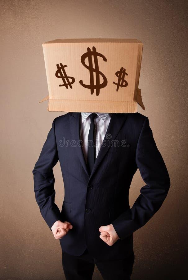 Geschäftsmann, der mit einer Pappschachtel auf seinem Kopf mit Dollarzeichen gestikuliert lizenzfreies stockbild