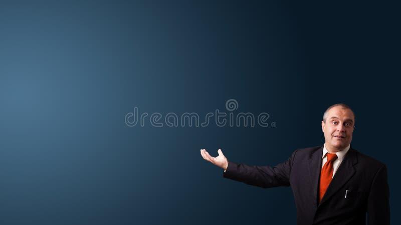 Geschäftsmann, der mit Exemplarplatz gestikuliert lizenzfreies stockbild