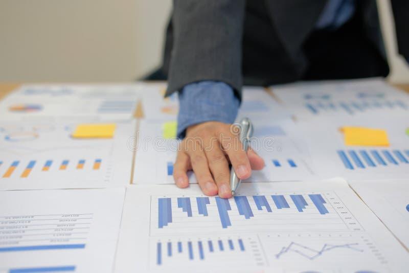 Geschäftsmann, der mit Geschäftsdokument arbeitet Startmann analysieren stockbild