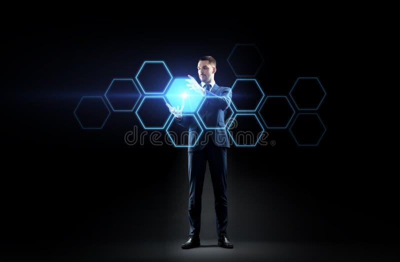 Geschäftsmann, der mit Hologramm des virtuellen Netzes arbeitet lizenzfreies stockbild