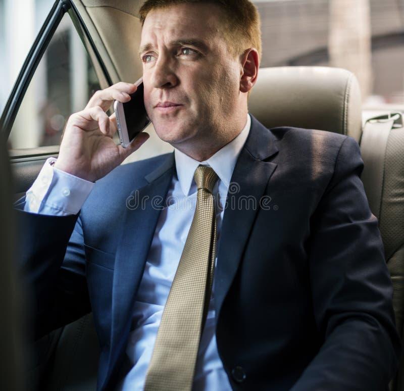 Geschäftsmann, der mit jemand am Telefon spricht lizenzfreie stockfotos