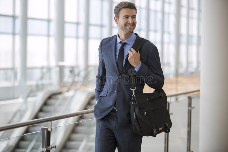 Geschäftsmann, der mit Lächeln geht lizenzfreies stockfoto