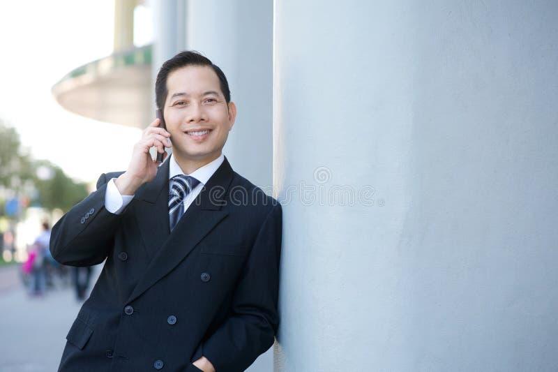 Geschäftsmann, der mit Mobiltelefon nennt lizenzfreies stockfoto