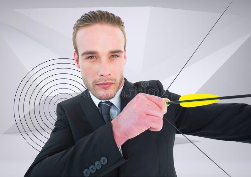 Geschäftsmann, der mit Pfeil und Bogen gegen Ziel im Hintergrund zielt stockfoto
