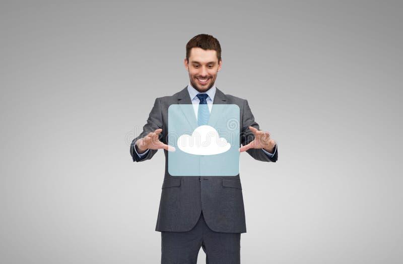 Geschäftsmann, der mit Wolkenikonenprojektion arbeitet lizenzfreie stockbilder