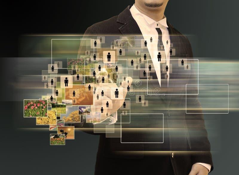 Geschäftsmann, der an moderner Technologie arbeitet stockfotografie