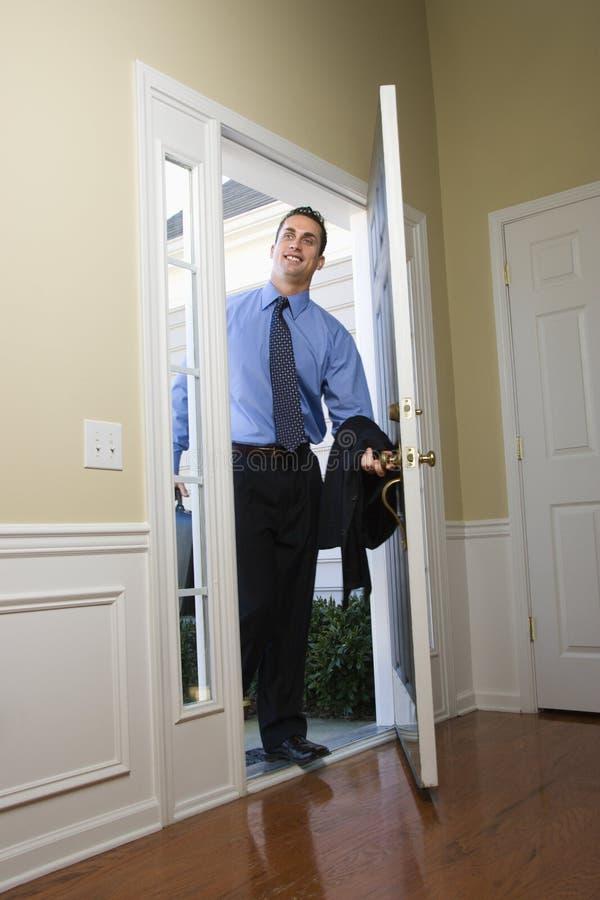 Geschäftsmann, der nach Hause kommt. stockfoto