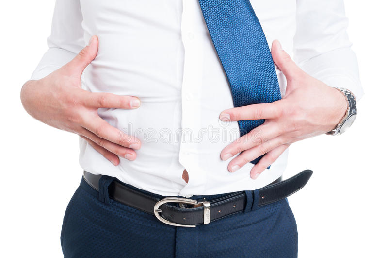 Geschäftsmann in der Nahaufnahme hält seinen Magen wegen der Aufblähung lizenzfreies stockbild