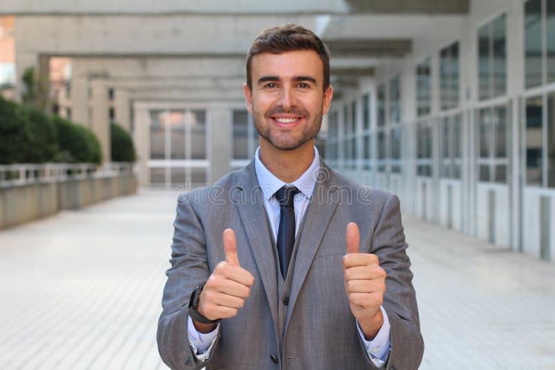 Geschäftsmann, der nahes hohes der Zustimmung ausdrückt lizenzfreies stockbild