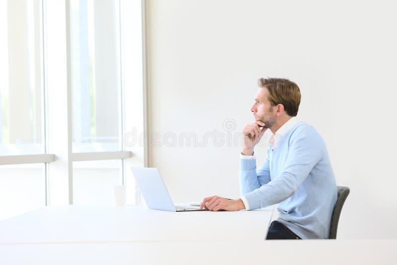 Geschäftsmann, der neue Strategie sich vorstellt lizenzfreies stockbild