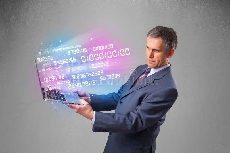 Geschäftsmann, der Notizbuch mit explodierenden Daten und Zahlen hält stockfoto