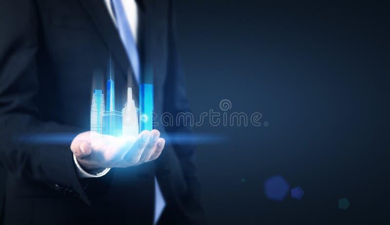 Geschäftsmann, der NY-Hologramm hält lizenzfreies stockbild