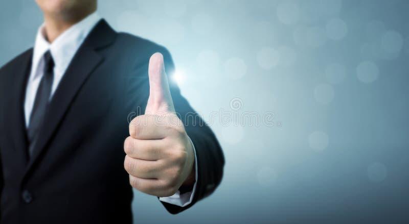 Geschäftsmann, der O.K. oben darstellen oder Handzeichendaumen, die hervorragende Leistung von stockbilder