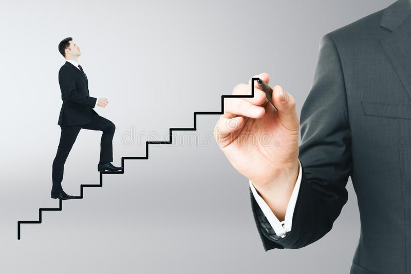Geschäftsmann, der oben abstrakte Leiter laufen lässt stockfotos