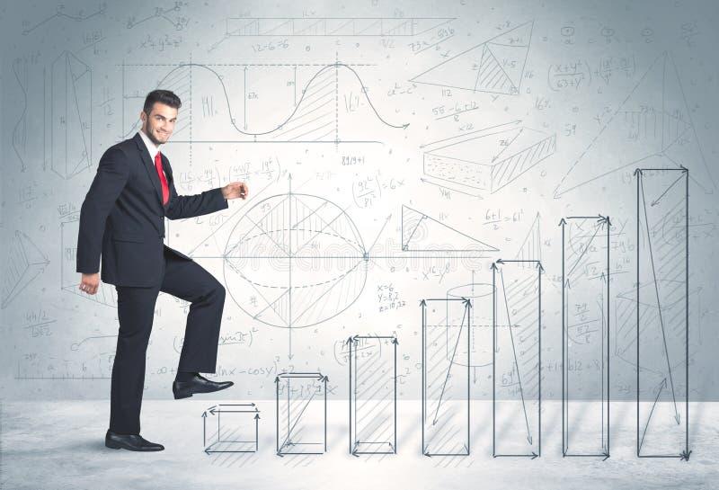 Geschäftsmann, der oben an Hand gezeichnetes Diagrammkonzept klettert stockfotos