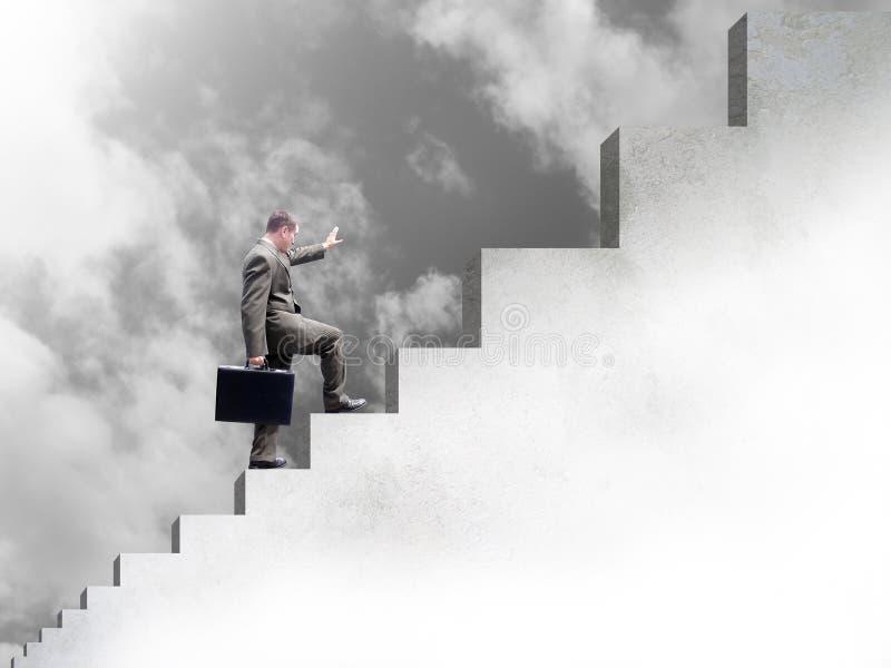 Geschäftsmann, der oben Treppen zum Erfolg steigt stockfoto