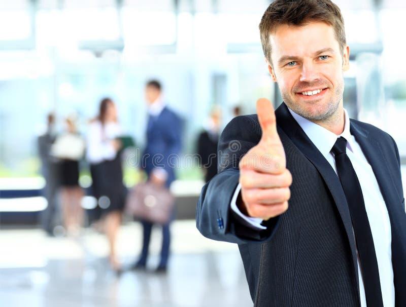 Geschäftsmann, der OKAYzeichen mit seinem Daumen zeigt lizenzfreie stockbilder