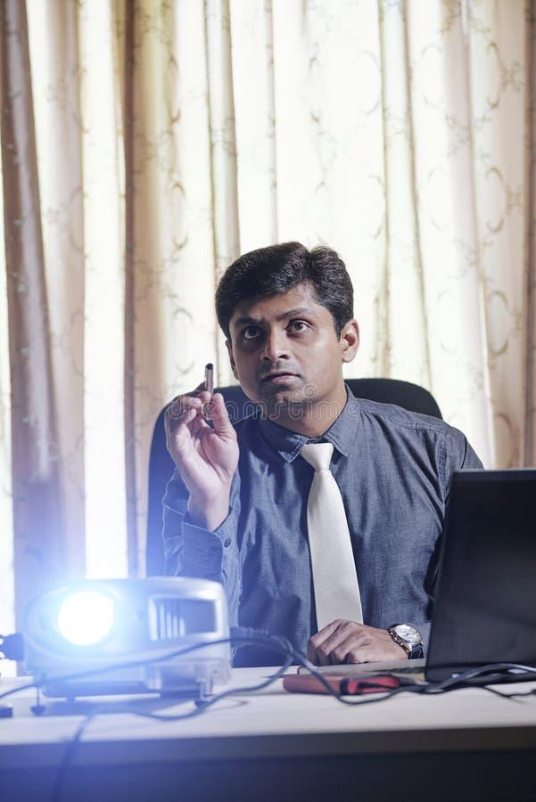 Geschäftsmann, der Projektor für Darstellung verwendet lizenzfreie stockbilder
