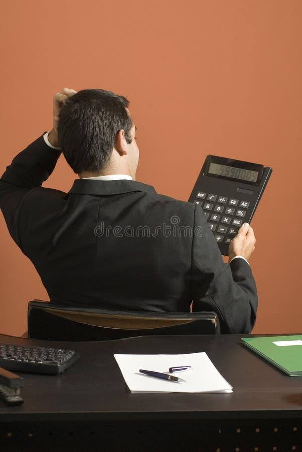 Geschäftsmann, der Rechner - Vertikale betrachtet lizenzfreies stockbild