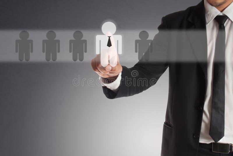 Geschäftsmann, der rechten Partner von vielen Kandidaten wählt stockbilder
