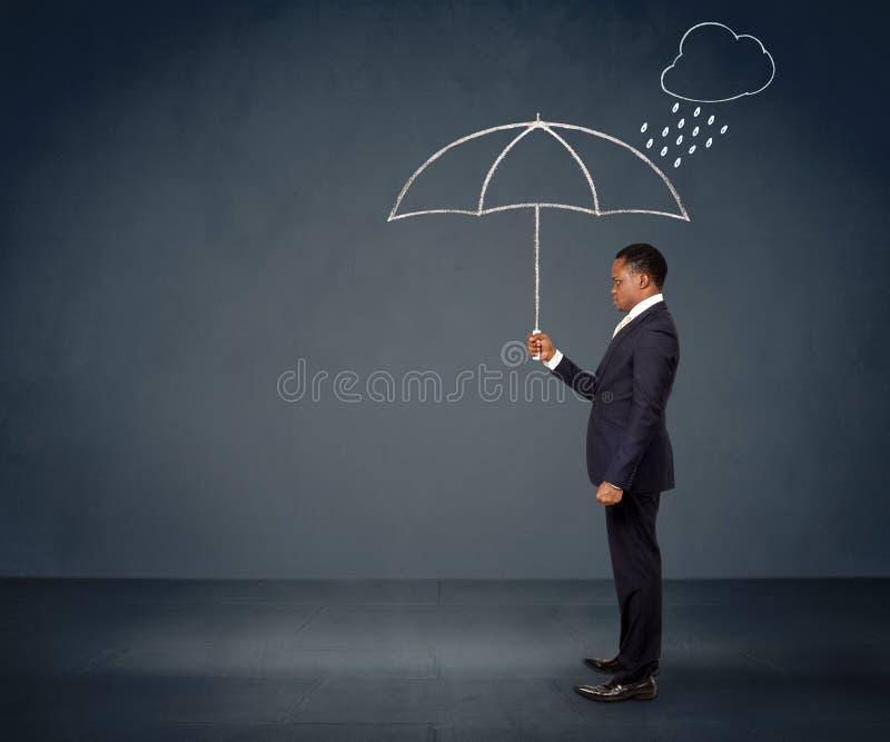 Geschäftsmann, der Regenschirm hält lizenzfreie stockfotos