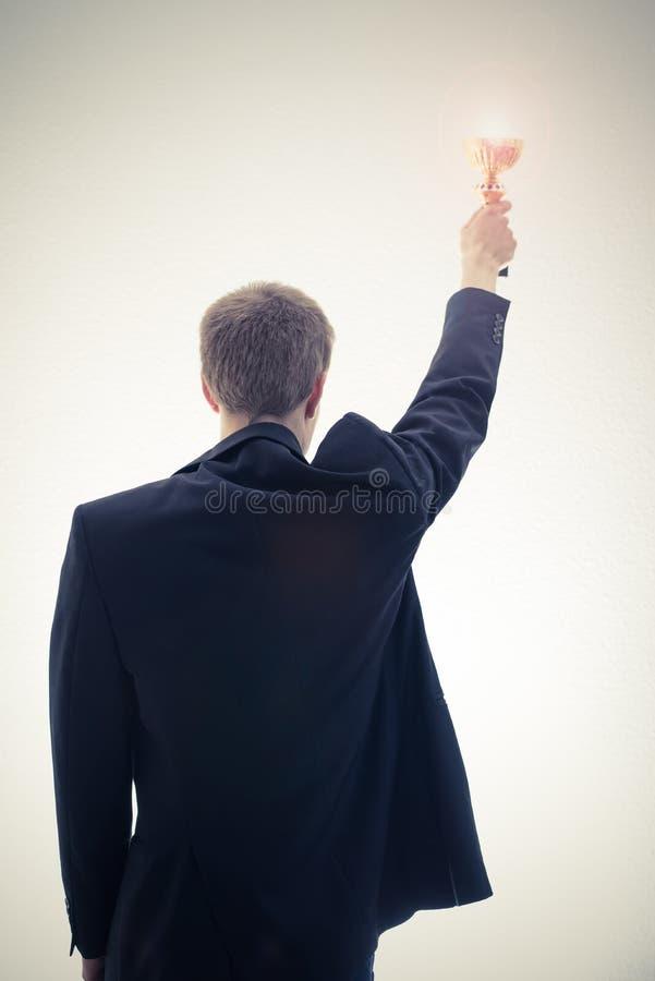 Geschäftsmann, der Schale hält lizenzfreies stockbild