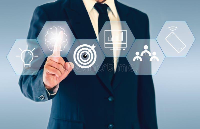 Geschäftsmann, der sechseckigen Knopf über das Gedanklich lösen eines Konzeptes wie Teamwork, Ideen, Plan und Ziel berührt lizenzfreie stockfotografie