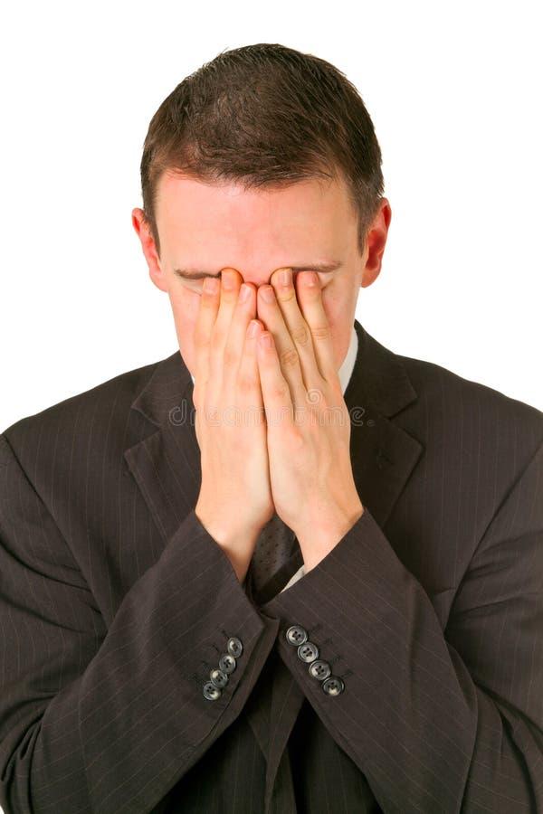 Geschäftsmann, der sein Gesicht in der Schande versteckt stockfotos