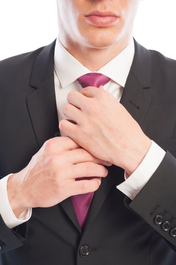 Geschäftsmann, der seine Halsbindung repariert lizenzfreies stockfoto