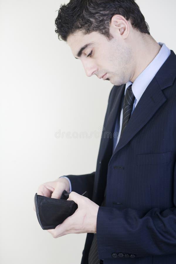Geschäftsmann, der seine Mappe überprüft stockfotos