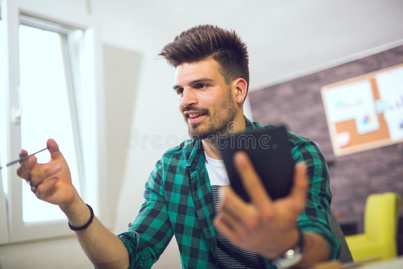 Geschäftsmann, der in seinem Büro arbeitet lizenzfreies stockbild
