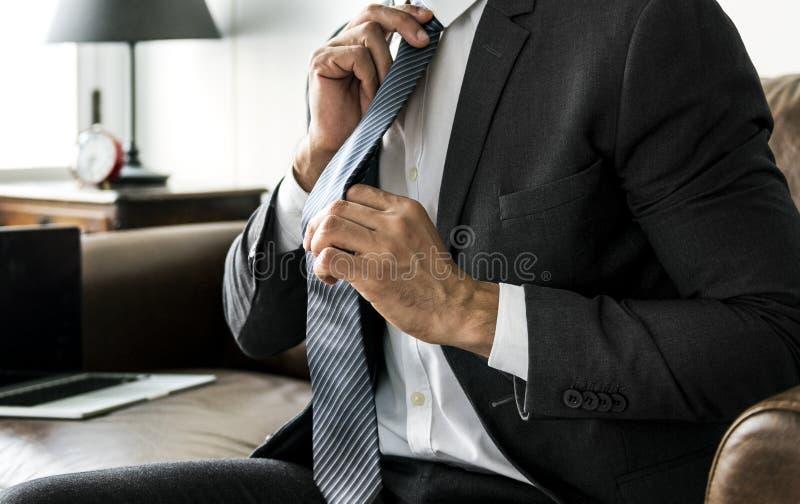 Geschäftsmann, der seins Gleichheit regelt stockfotos