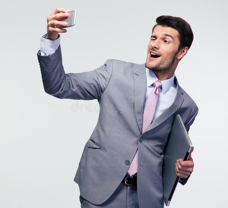 Geschäftsmann, der selfie Foto auf Smartphone macht stockfotos